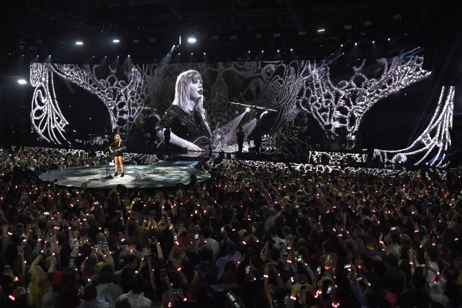 Taylor Swift Performs Songs for the First Time at Super Saturday Night! – Watch